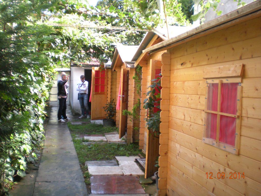 Casette di legno in giardino allestite come affittacamere a 10 euro a notte: denunciato 64enne ...