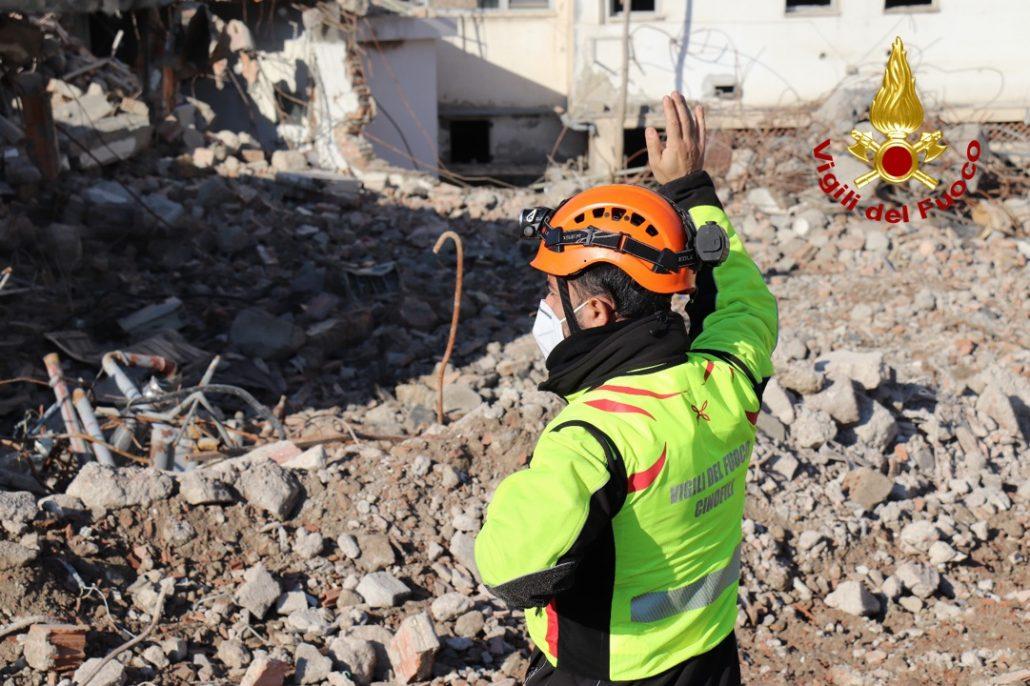 esercitazione unità cinofili vigili del fuoco a cantiere demolizione vecchio ospedale (9)