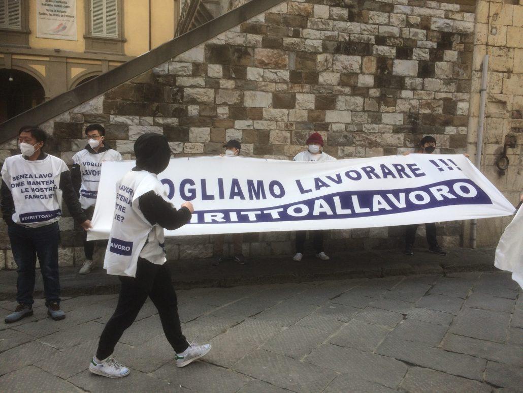 manifestazioni lavoratori Texprint contro Si Cobas in piazza del Comune (2)